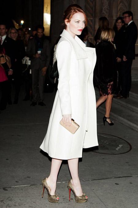 Эмма Стоун в белом пальто и зеленых лабутенах на шпильке