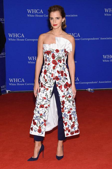 Эмма Уотсон в синих брюках, цветочном платье с разрезом и синих лабутенах