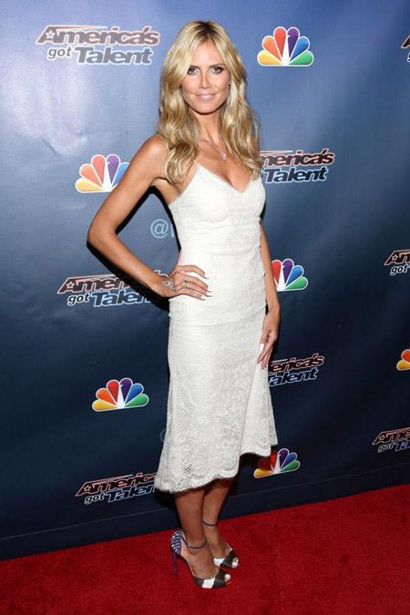 Хайди Клум в белом ажурном платье и черно-бело-синих лабутенах