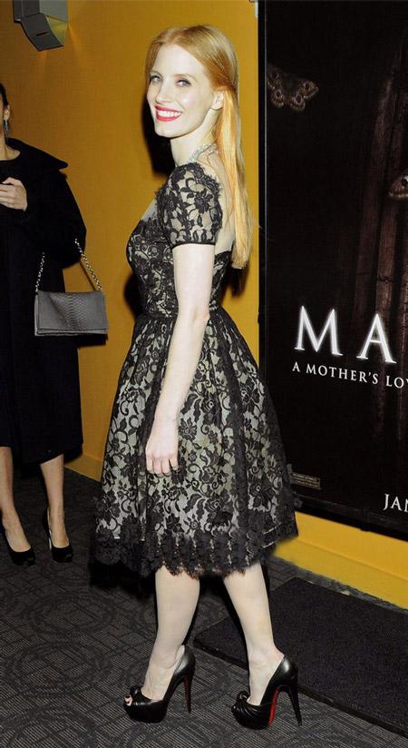 Джессика Честейн в черном ажурном платье и высоких лабутенах