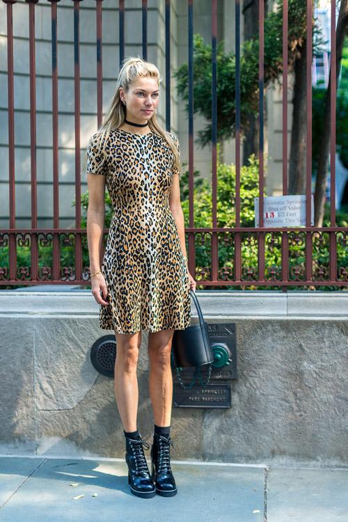 Jessica Hart в леопардовом платье, черные ботинки - уличная мода Нью-Йорка весна/лето 2017