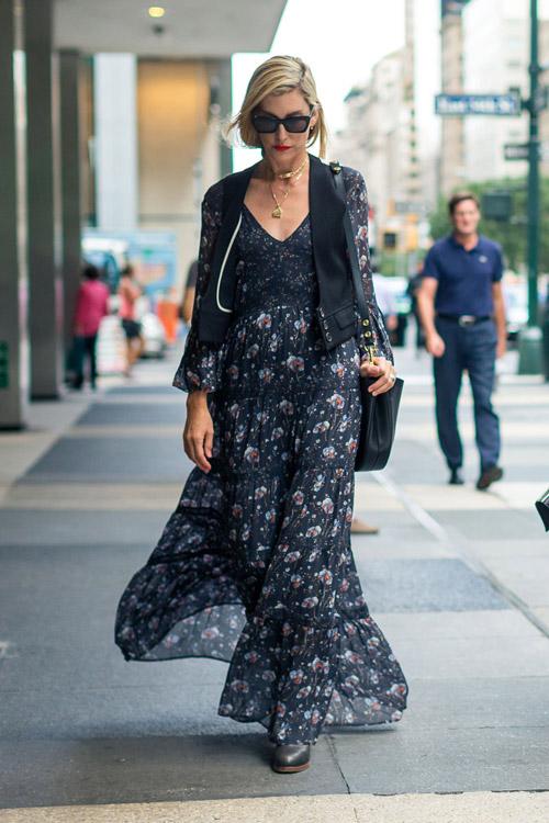 Joanna Hillman в длинном черном платье с принтом и жилете - уличная мода Нью-Йорка весна/лето 2017