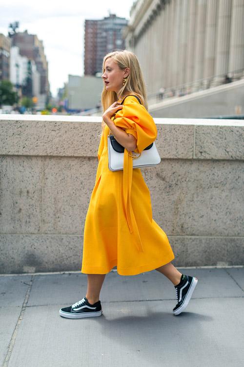Kate Foley в ярко желтом платье миди и кедах - уличная мода Нью-Йорка весна/лето 2017