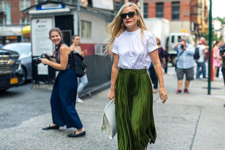 Kate Foley в зеленой плиссированой юбке и белой блузе с коротким рукавом - уличная мода Нью-Йорка весна/лето 2017