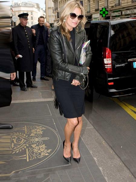 Кейт Мосс в темно синем платье, косухе черных лабутенах