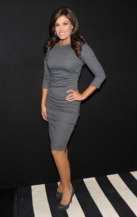 Кимберли Гайлфойл в обтягивающем платье и серых лабутенах