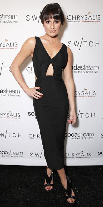 Лиа Мишель в платье с вырезами и черных лабутенах босоножках