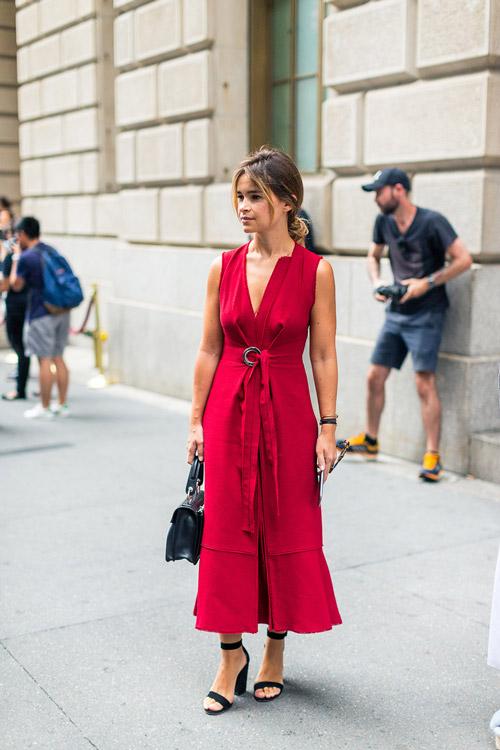 Miroslava Duma в красном платье без рукавов и черные босоножки - уличная мода Нью-Йорка весна/лето 2017