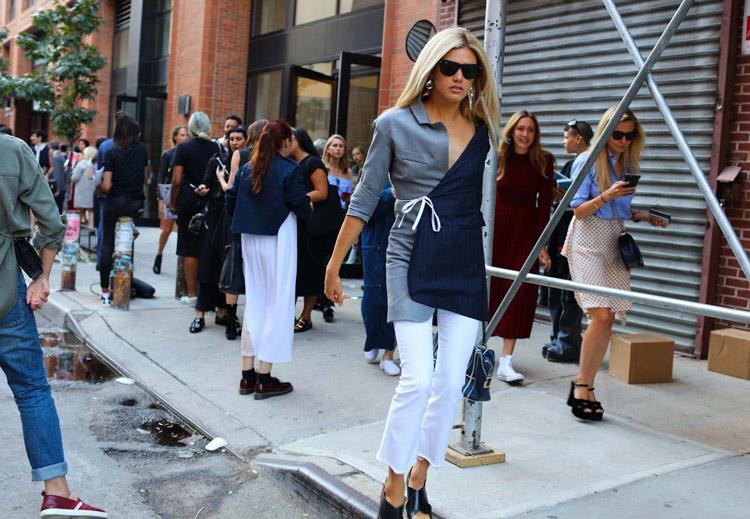 Модель в асимметричном пиджаке, белые капри и сабо - уличная мода Нью-Йорка весна/лето 2017