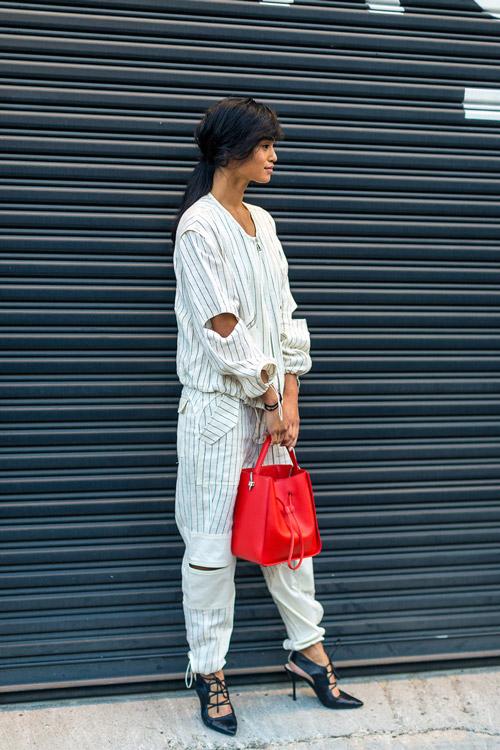 Модель в белом коминезоне с вертикальными полосками, туфли и красная сумка - уличная мода Нью-Йорка весна/лето 2017