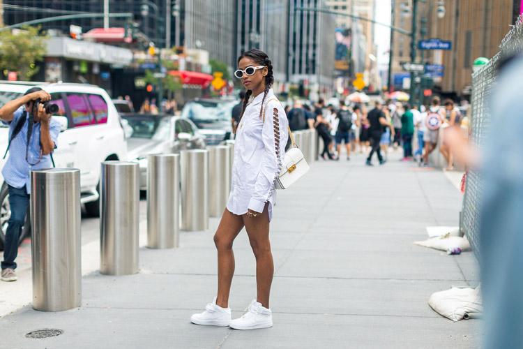Модель в белом платье-рубашка и кроссовках - уличная мода Нью-Йорка весна/лето 2017