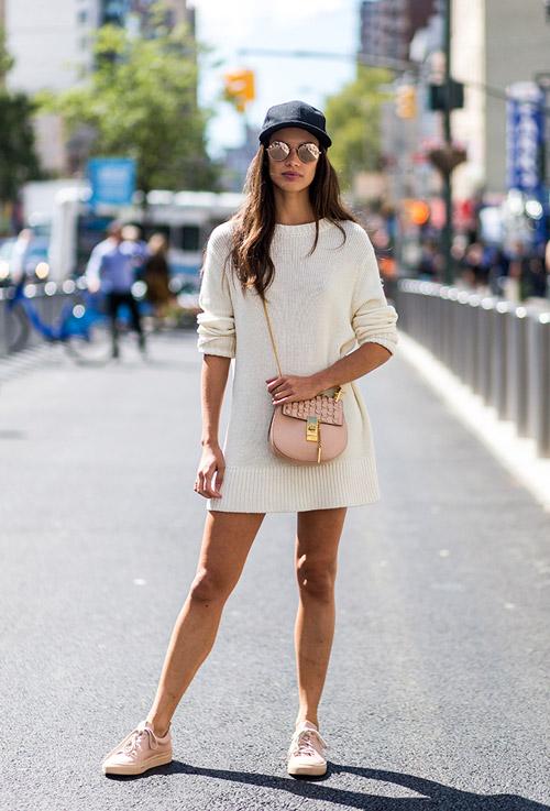Модель в белом вязаном платье, кеды и кепка - уличная мода Нью-Йорка весна/лето 2017