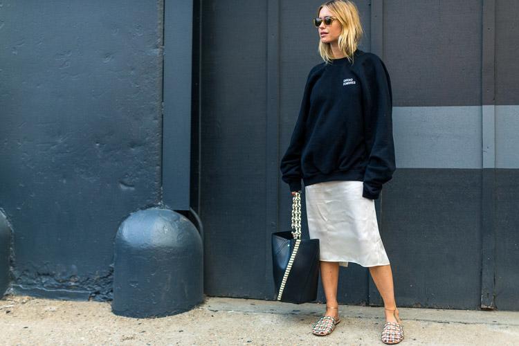 Модель в белой юбке и черном свитшоте - уличная мода Нью-Йорка весна/лето 2017