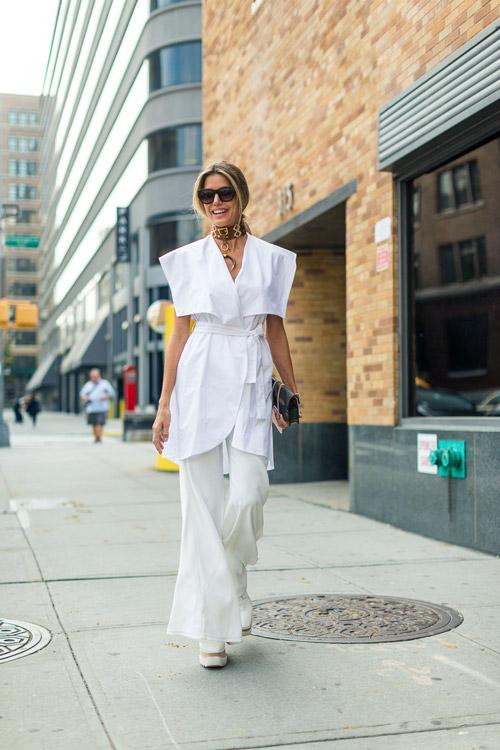 Модель в белых брюках и блузке - уличная мода Нью-Йорка весна/лето 2017