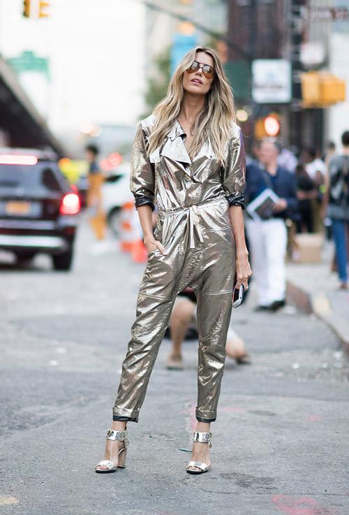 Модель в блестящем комбинезоне и босоножках - уличная мода Нью-Йорка весна/лето 2017