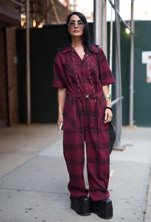 Модель в бордовом комбинезоне в черную клетку и ботинках на выссокой платформе - уличная мода Нью-Йорка весна/лето 2017