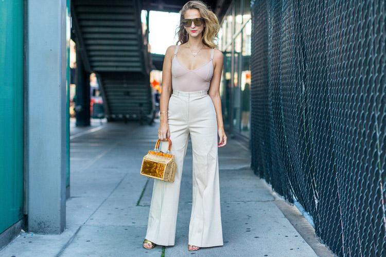 Модель в брюках клеш и топе - уличная мода Нью-Йорка весна/лето 2017
