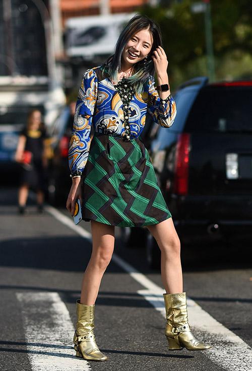 Модель в черно зеленой юбке, синей блузке с узором и золотые сапоги - уличная мода Нью-Йорка весна/лето 2017