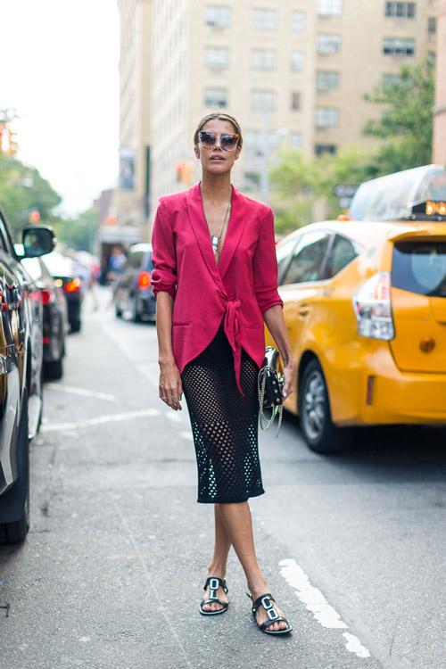 Модель в черной полупрозрачной юбке и розовый жакет - уличная мода Нью-Йорка весна/лето 2017