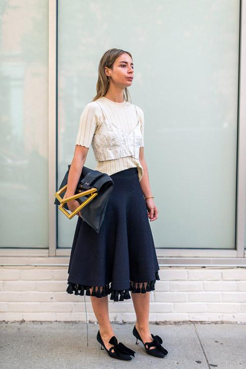 Модель в черной юбке миди и бежевой кофточке - уличная мода Нью-Йорка весна/лето 2017