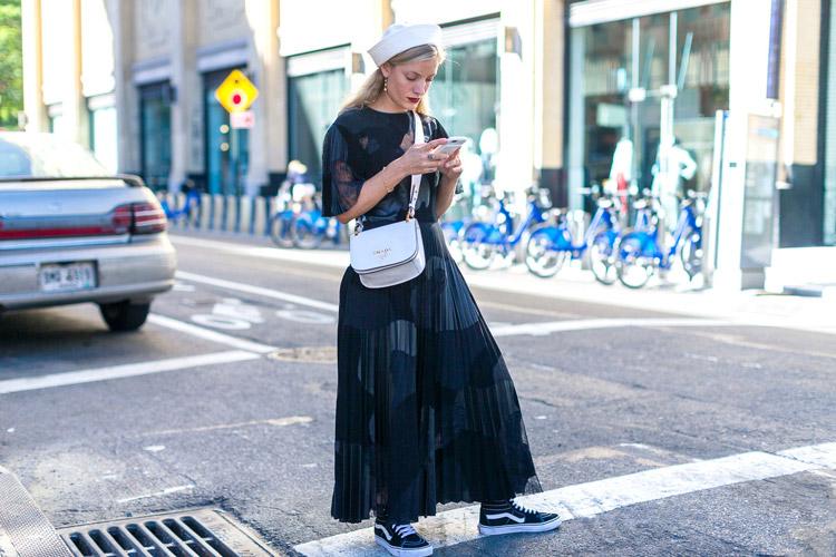 Модель в черной юбкн макми, кедах, белая панамка и сумка - уличная мода Нью-Йорка весна/лето 2017