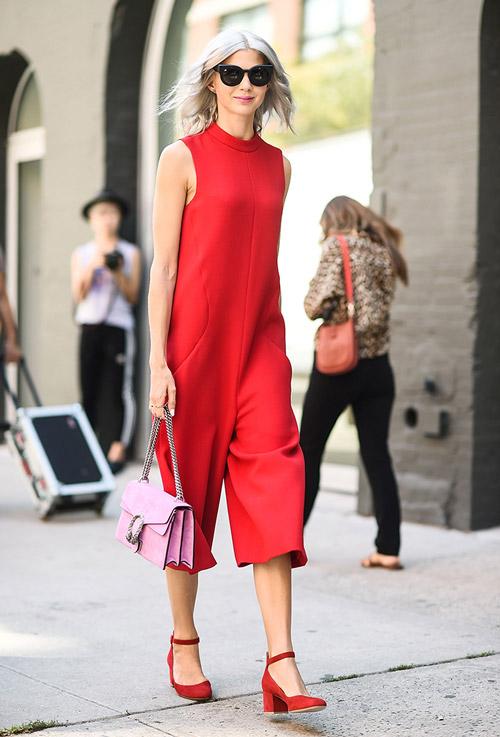 Модель в красном комбинезоне, туфли на низком каблуке и розовая сумочка - уличная мода Нью-Йорка весна/лето 2017
