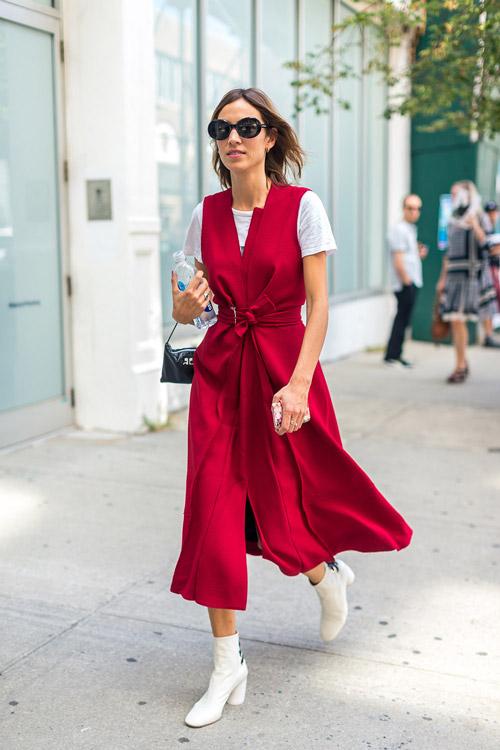 Алекса Чанг в красном платье без рукавов, белая футболка и полусапоги - уличная мода Нью-Йорка весна/лето 2017