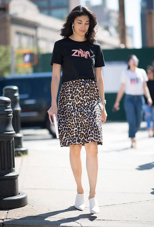 Модель в леопардовой юбке и черной футболке - уличная мода Нью-Йорка весна/лето 2017
