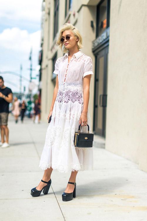 Модель в нежном белом платье, черные туфли с ремешком и сумочка - уличная мода Нью-Йорка весна/лето 2017