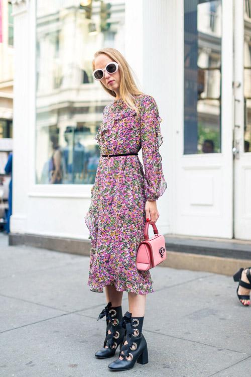 Модель в пестром платье с тонким черным пояском и сапоги на равязках - уличная мода Нью-Йорка весна/лето 2017