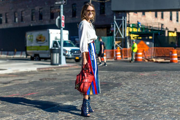 Модель в разноцветной юбке миди, белая блуза и синие ботильоны с открытым носом - уличная мода Нью-Йорка весна/лето 2017