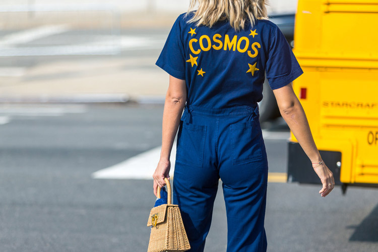 Модель в синем коминезоне с надписью - уличная мода Нью-Йорка весна/лето 2017