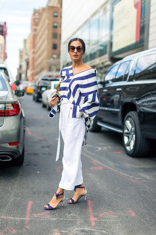 Nausheen Shah в белых брюках, бело-синяя блузка и босоножки - уличная мода Нью-Йорка весна/лето 2017