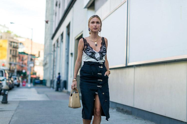 Pernille Teisbaek в черной юбке от Altuzarra, белый топ с кружевами - уличная мода Нью-Йорка весна/лето 2017