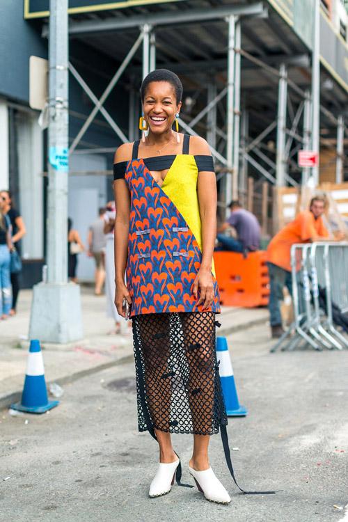 Tamu Macpherson в оригинальном платье - уличная мода Нью-Йорка весна/лето 2017
