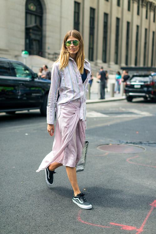 Veronika Heilbrunner в розовой юбке миди, рубашка и кеды - уличная мода Нью-Йорка весна/лето 2017