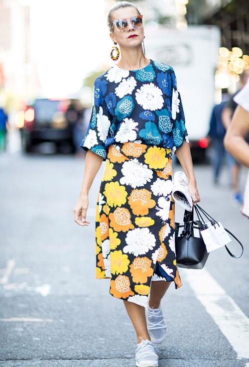 Женщина в цветочном платье и кроссовках - уличная мода Нью-Йорка весна/лето 2017