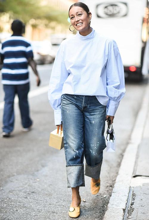 Женжина в подвернутых джинсах и блузе с широкими рукавами - уличная мода Нью-Йорка весна/лето 2017
