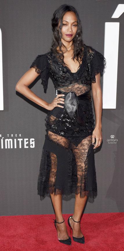 Зои Салдана в черном кружевном платье