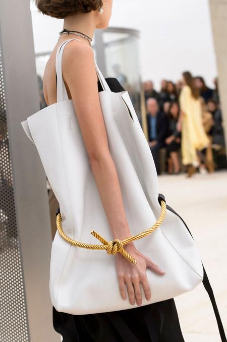 Большая белая сумка перевязанная канатом от Celine - модные сумки весна-лето 2017