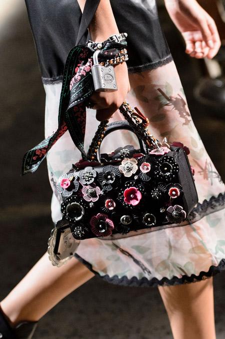 Черная сумка чемодан с цветочками от Coach - модные сумки весна-лето 2017