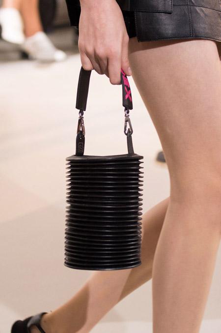 Черная сумка очень необычной формы от Paco Rabanne - модные сумки весна-лето 2017