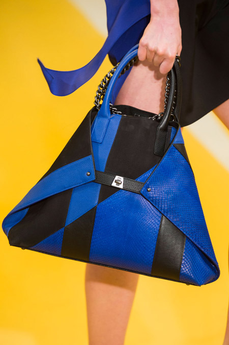 Черно-синяя, треугольная сумка от Akris - модные сумки весна-лето 2017