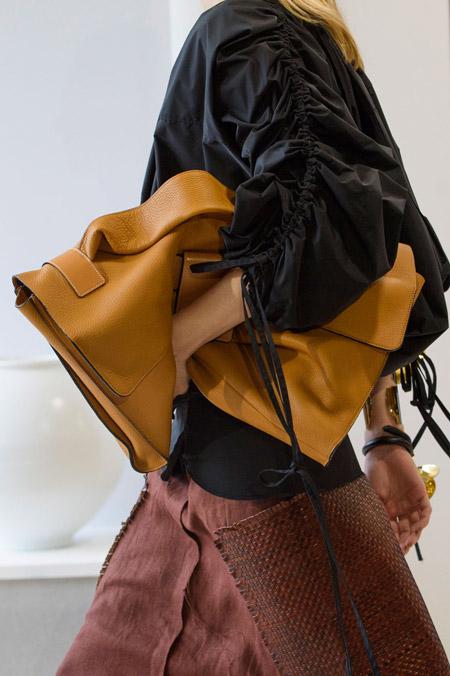 Коричневая сумка чемодан от Loewe - модные сумки весна-лето 2017