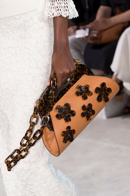 Красивая коричневая сумочка с цветочками от Michael Kors - модные сумки весна-лето 2017