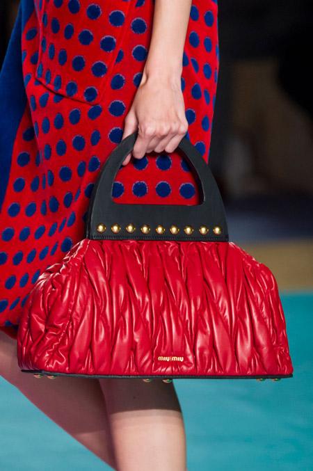 Красная сумка саквояж от Miu Miu - модные сумки весна-лето 2017