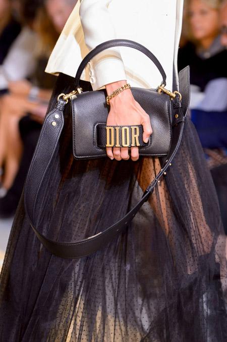 Маленькая сумка с оригинальной ручкой от Christian Dior - модные сумки весна-лето 2017