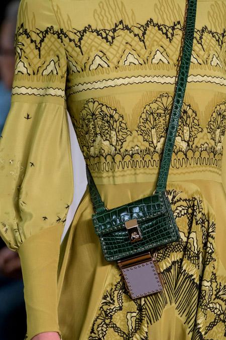 Маленькая зеленая сумочка от Valentino - модные сумки весна-лето 2017