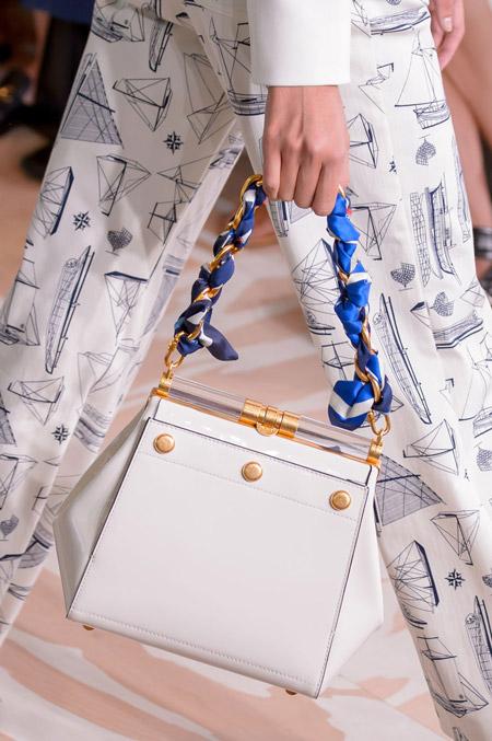 Стильная белая сумка с лентой в ручке от Tory Burch - модные сумки весна-лето 2017