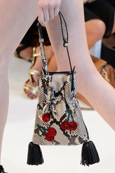 Сумка мешочек с кисточками и вишенками от Altuzarra - модные сумки весна-лето 2017